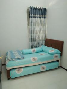A bed or beds in a room at Vila Oma Sukari Syariah Home Living