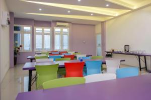 A restaurant or other place to eat at RedDoorz Plus near Stasiun Bekasi