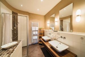 A bathroom at Flair Hotel zum Schiff
