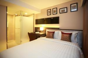 A bed or beds in a room at Grand Swiss Sukhumvit 11