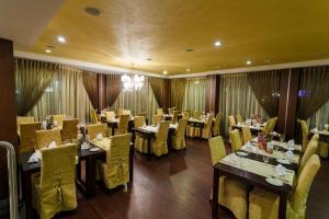 Ein Restaurant oder anderes Speiselokal in der Unterkunft Hotel Rocca al Mare