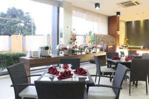 A restaurant or other place to eat at Sahid Mutiara Karawaci