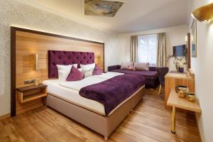 Ein Bett oder Betten in einem Zimmer der Unterkunft Hotel Schlosskrone