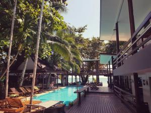 Der Swimmingpool an oder in der Nähe von Apple Beachfront Resort