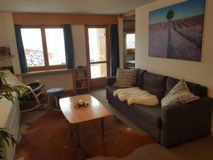 Ein Sitzbereich in der Unterkunft Casa Valtiarm