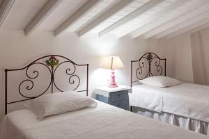A bed or beds in a room at Casas do Monte