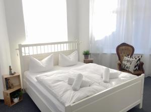 A bed or beds in a room at Pension Absolut Berlin