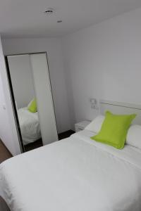 Cama o camas de una habitación en Color Suites Alicante