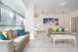 A seating area at Milos Hotel