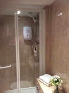 A bathroom at Hedley Villa Guest House