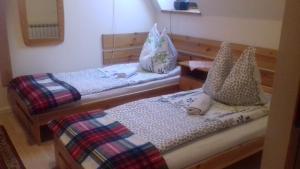 Łóżko lub łóżka w pokoju w obiekcie Biały Dworek