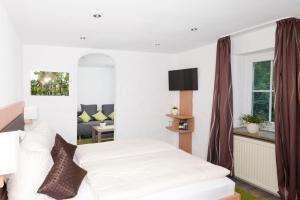 A bed or beds in a room at Hotel Garni BURG WALDENSTEIN