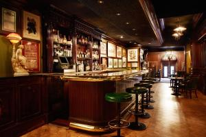 The lounge or bar area at Huntington Hotel