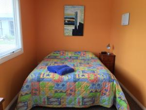 A bed or beds in a room at Lakeside At mallacoota