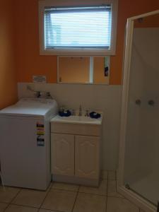 A bathroom at Lakeside At mallacoota
