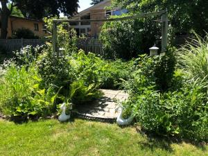 A garden outside Cozy rooms in Lincolnwood/Chicago lovely house