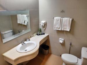 A bathroom at Hotel Kimberly Manila