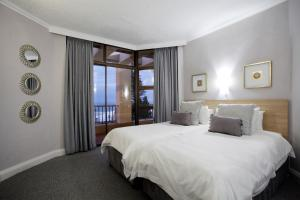 A bed or beds in a room at Windsor Cabanas & Courtyard
