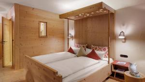 A bed or beds in a room at Hotel Oberstdorf