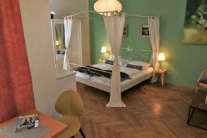 A bed or beds in a room at Hotel Carinthia Velden