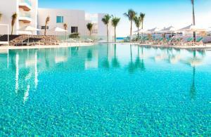 Het zwembad bij of vlak bij Hotel Lava Beach