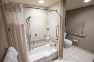A bathroom at Hilton Garden Inn Clifton Park