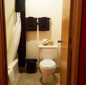 A bathroom at Pacific Inn Motel