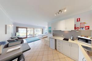 A kitchen or kitchenette at Paradise Beach Apartments