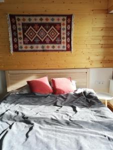 Łóżko lub łóżka w pokoju w obiekcie 7 Senses Apartment New Gudauri