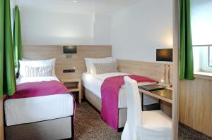 سرير أو أسرّة في غرفة في Hotel Allegro