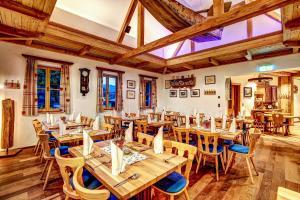 Ein Restaurant oder anderes Speiselokal in der Unterkunft Welterbe-Wirtshaus Steegwirt