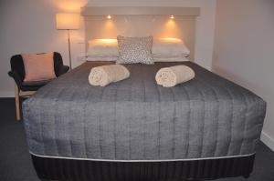 A bed or beds in a room at Maffra Motor Inn