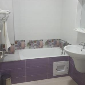 A bathroom at Le Palais Familial