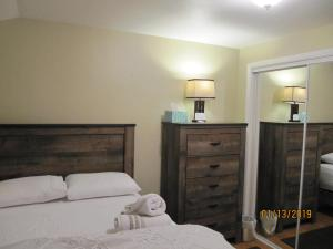 A bed or beds in a room at Cozy rooms in Lincolnwood/Chicago lovely house