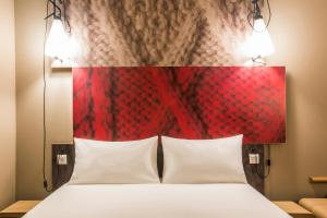 A bed or beds in a room at ibis Amsterdam Centre