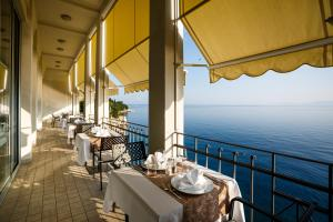 A restaurant or other place to eat at Hotel Jadran