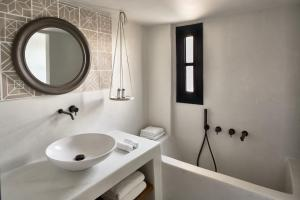 A bathroom at Vedema, a Luxury Collection Resort, Santorini