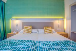 A bed or beds in a room at SBH Maxorata Resort