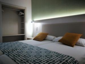 Łóżko lub łóżka w pokoju w obiekcie SBH Maxorata Resort