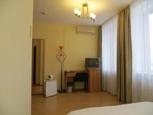 Телевизор и/или развлекательный центр в Отель Корона