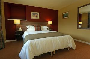 A bed or beds in a room at Newburgh Inn