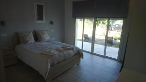 Ein Bett oder Betten in einem Zimmer der Unterkunft Le Jasmin