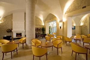 The lounge or bar area at Hôtellerie Notre Dame de Lumières