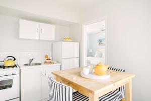 A kitchen or kitchenette at Bayside Hotel