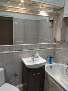 A bathroom at Modern&Cozy Rooms