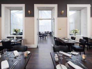 A restaurant or other place to eat at Elfordleigh Hotel