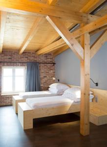 Кровать или кровати в номере Pivovar Kocour