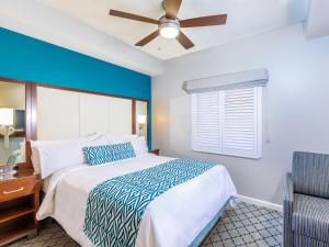 A bed or beds in a room at Marriott's Royal Palms