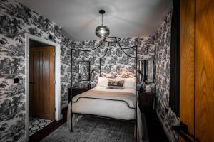 A bed or beds in a room at Manor House Lindley