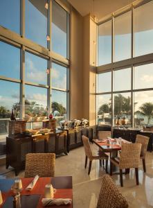 Een restaurant of ander eetgelegenheid bij Marenas Beach Resort